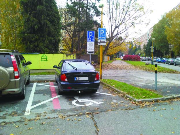 Široké aj úzke, s evidenčnými číslami aj bez. Tak takéto rôzne varianty parkovacích miest pre invalidov sme našli na parkoviskách v rezidentských lokalitách. Od 1. júla 2017 však mali byť už iba široké a so značkami bez dodatkových tabúľ s evidenčnými číslami.