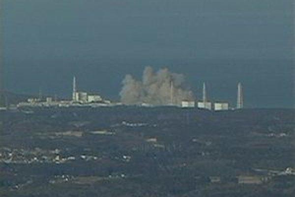 Stúpajúci dym z jadrovej elektrárne Fukušima.