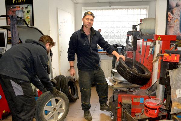 Prezúvanie pneumatík. Niektorí vodiči sa už zobudili, iní ešte čakajú.