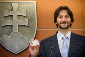 Minister vnútra Robert Kaliňák na archívnej snímke so vzorom občianskeho preukazu.