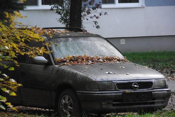 Auto bez evidenčných čísiel stojí aj vo vnútrobloku na Chrenovej.