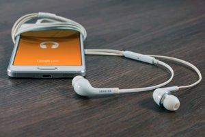Podcasty najčastejšie počúvajú ľudia na svojich smartfónoch.