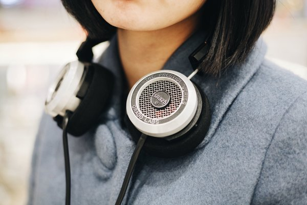 Počas cestovania ľudia radi počúvajú podcasty.