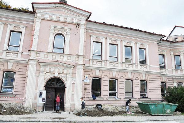 Stavbári musia zachovať historickú fasádu.