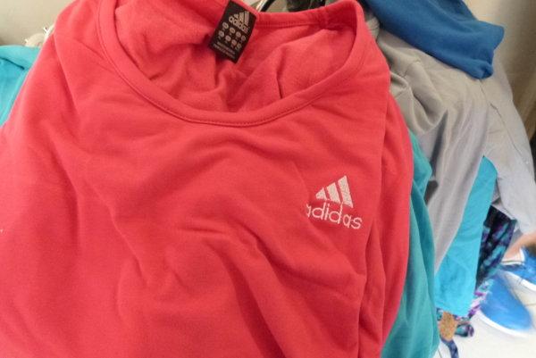 Medzi tovarom, ktorý bol určený pre zákazníkov predajne, našli colníci tričká, tepláky aj mikiny s viditeľnými znakmi napodobenín.