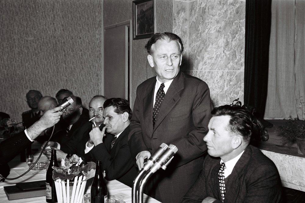 Vyučený strojný zámočník, ktorý to dotiahol na prezidenta: Antonín Novotný (1903-1975). Komunistický dogmatik, ktorý nenávidel Slovákov. Za stolom sedia ďalší súdruhovia: Karol Bacílek a Viliam Široký.