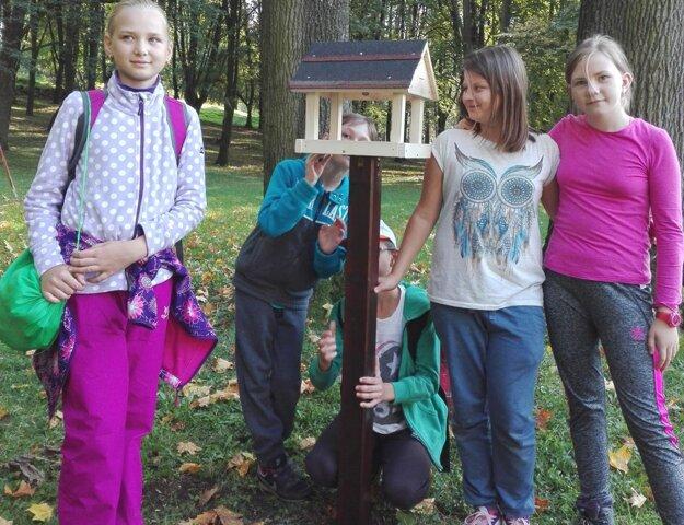 Deti si priniesli na Malú horu vtáčie búdky.