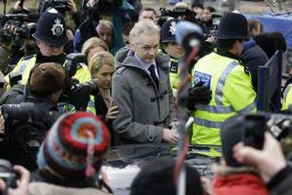 Krátke vystúpenie Juliana Assangea pred londýnskym sledovali stovky novinárov a fanúšikov. Po verdikte boli spokojní, aj keď definitíva padne až vo februári.