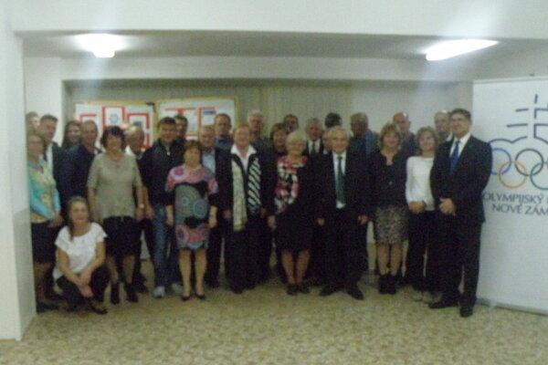 Spoločná fotografia účastníkov slávnostného zasadnutia Olympijského klubu Nové Zámky.