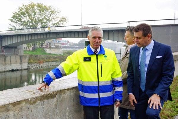 O začiatku rekonštrukcie protipovodňového múru v Komárne sa prišiel oboznámiť minister životného prostredia SR László Sólymos