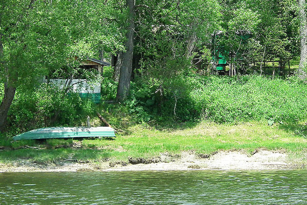 Búdy na brehoch vodnej nádrže sú aurčite aj zostanú nelegálnymi prechodnými domovmi rybárov.