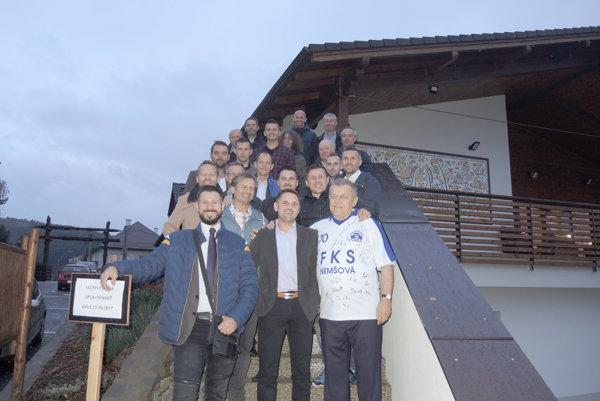 Bývalí tréneri a hráči s prvoligovou minulosťou, ktorí hrávali za Nemšovú, prišli pogratulovať Pavlovi Chmelinovi k sedemdesiatym narodeninám.