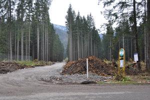 Odbočka na novú cestu je pri autobusovej zastávke pri lesnej škôlke.