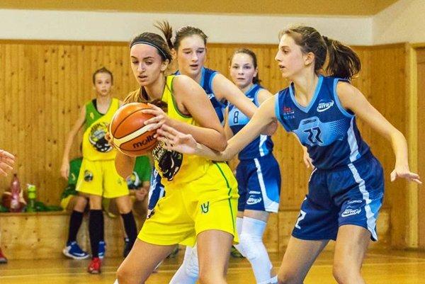 Zo zápasu starších žiačok v Starej Turej - V modrom zľava Emma Gelnarová, Tereza Brázdilová a Alžbeta Žemlová.