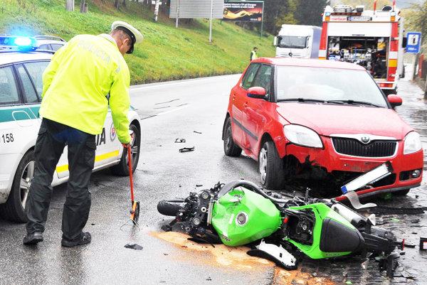Motorkár skončil v nemocnici, motorka pôjde asi do šrotu.