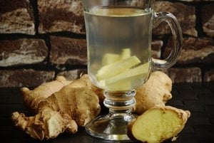 Zázvorový čaj je známym liekom proti nevoľnosti a má protizápalové účinky. Niekoľko štúdií tiež ukázalo, že zázvor môže pomôcť zmierniť menštruačnú bolesť a prospieť ľuďom s cukrovkou.