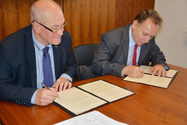 Rektor PU Peter Kónya (vpravo) a primátor mesta Sabinov Peter Molčan podpísali v týchto dňoch memorandum o vzájomnej spolupráci.