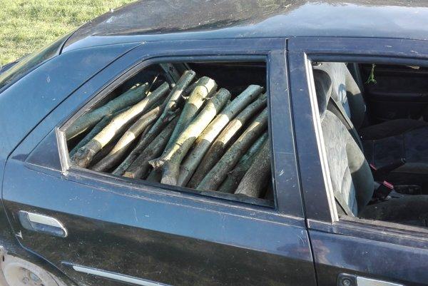Dreviny naložili do auta.