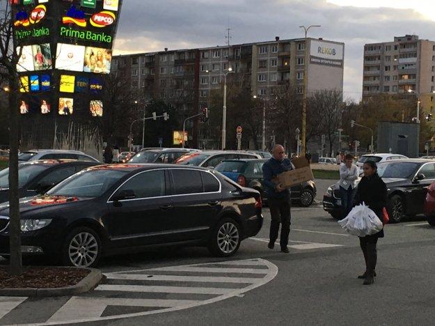 Rozvoz koláčov?Mestská Škoda Superb mala pomáhať s logistikou strane Smer.