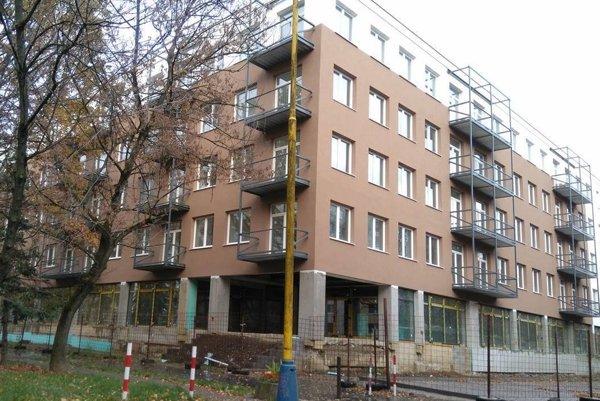 Vynovený bytový dom. Budova sa zmenila na nepoznanie.