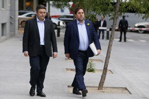 Bývalý viceprezident Katalánska Oriol Junqueras (vpravo) prichádza na súd v Madride.
