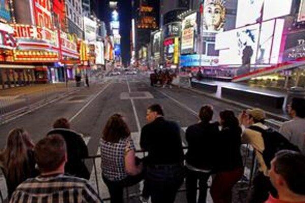 Turisti aj návštevníci divadiel museli čakať za zábranami, rušné námestie v New Yorku evakuovali pre bombu.