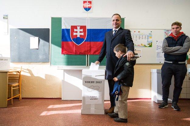 Juraj Droba prišiel voliť so synom.