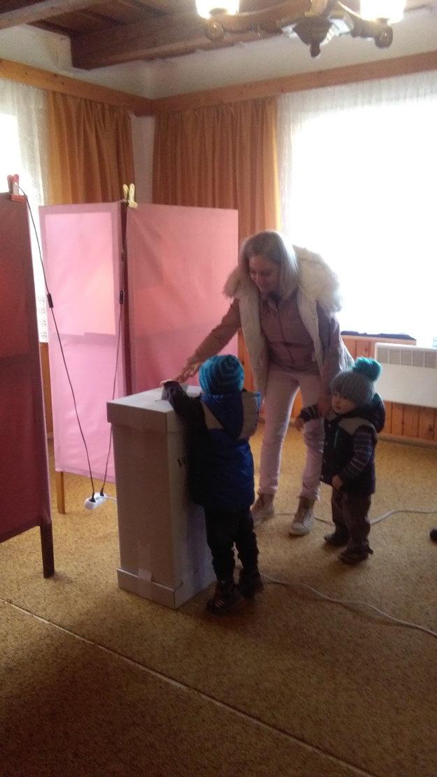 Mamička Veronika prišla voliť aj so synmi, ktorí jej ochotne asistovali.