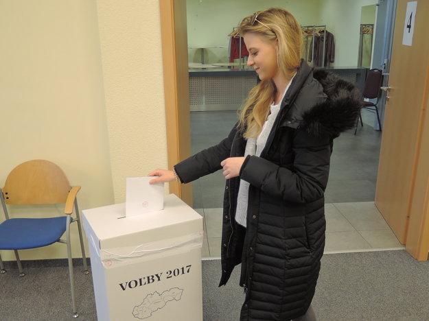 Prvovolička Natália Macašková vhadzuje obálku s hlasovacími lístkami do volebnej schránky.