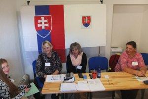 Členovia okrskovej komisie v Žarnovickej Hute sa napriek stiesneným podmienkam nesťažovali.
