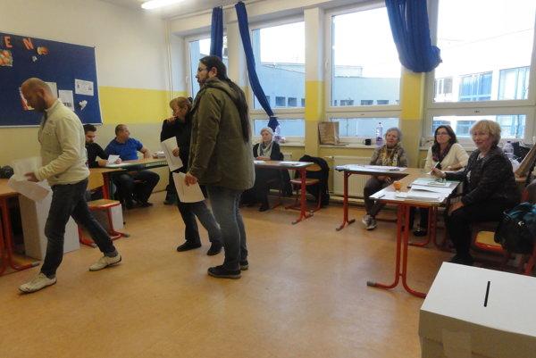 Voliči vo voličskej miestnosti č. 14 na Párovciach v Nitre.