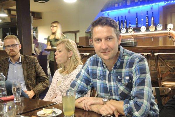 Štefan Škultéty so svojim volebným štábom sledoval sčítanie hlasov v jednej z trenčianskych reštaurácií.