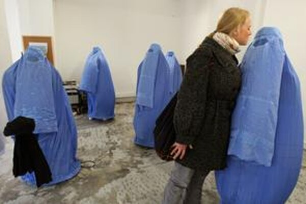 Do diskusie o burkách sa vo Francúzsku zapojili aj umelci. V Nice jeden z nich otvoril výstavu s názvom Zmiznutie.