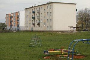 Nová obecná bytovka (vľavo).