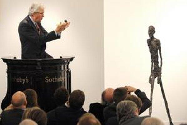 V preplnenej londýnskej aukčnej sále vydražili unikátnu sochu od švajčiarskeho sochára Alberta Giacomettiho za rekordných 104,3 milióna dolárov. Získal ju záujemca cez telefón.