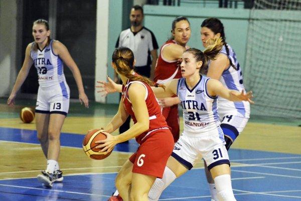 Basketbalistky Nitry predviedli kvalitnú obranu. V bielych dresoch zľava Fehérová, Horvátová a Zentková.