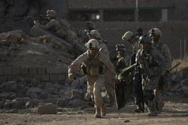 Americkí vojaci bežia po zranených.