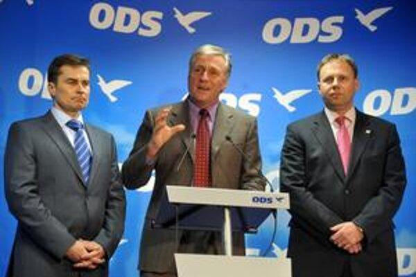 Vládna strana ODS Mirka Topolánka (uprostred) by podľa prieskumov skončila vo voľbách druhá.