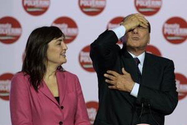 Taliansky premiér pred voľbami žartoval, no po nich mu pre nízku účasť až tak do smiechu nebolo. Na snímke s kandidátkou v regióne Lazio Renatou Polveriniovou.