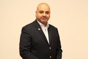 Adnan Akram. Vo Veľkej Británii sa musí politik po prešľape vzdať mandátu, hovorí.