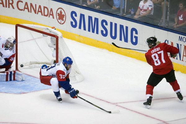 Český obranca Jakub Nakládal (v strede) verí, že vedenie KHL nepristúpi k rozhodnutiu nepovoliť svojim hráčom účasť na ZOH 2018.