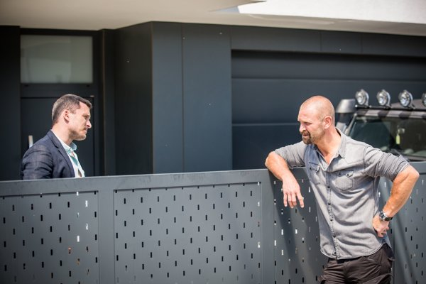 Hlavnými hrdinami seriálu TV Joj Za sklom sú bývalí partneri z polície Noro (Ján Koleník) a Max (Tomáš Maštalír).