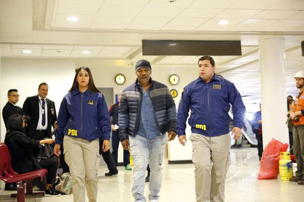 Mike Tyson v sprievode čilskej polície.