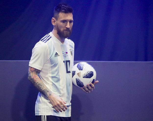 Loptu odprezentoval Lionel Messi.