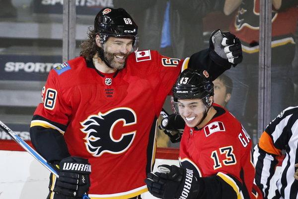 Jaromír Jágr (vľavo) dal proti Detroitu prvý gól za Calgary Flames.