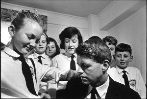 Robert Kennedy s deťmi z Írska, 1967. S dovolením Rakúskej národnej knižnice.