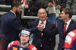 Uprostred tréner tímu Craig Ramsay a jeho asistenti Michal Handzuš (vľavo) a Vladimír Országh.