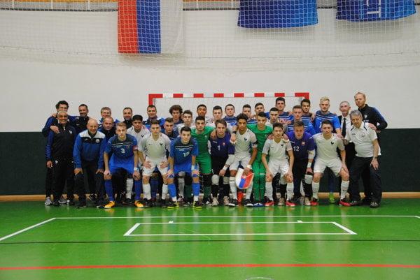 Spoločná fotografia slovenských a francúzskych futsalistov.