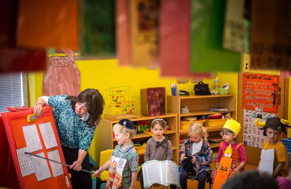 Bratislavská židovská škôlka funguje už dvadsať rokov, vedie ju rabínova manžela Chana Myers. Deti sa tu naučia židovské zvyky, pesničky či dokonca čítať hebrejskú abecedu.