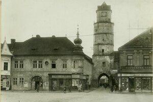 Mestský dom v Trenčíne spolu s dláždenou časťou námestia po roku 1928.